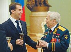 Медведев присвоил Калашникову звание Героя России